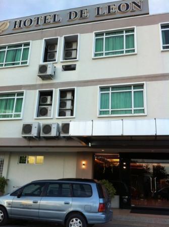 Hotel de Leon: Front Entrance