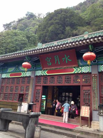 Zhaoqing, China: The temple facing the lake