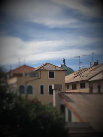 Albisola Superiore, Italia: De longe