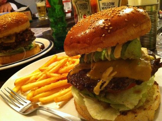 ハンバーガーの食べ方のコツ・マナー|大きい/紙/アメリカ