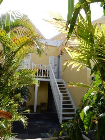 Tuin en trap naar hotelkamer