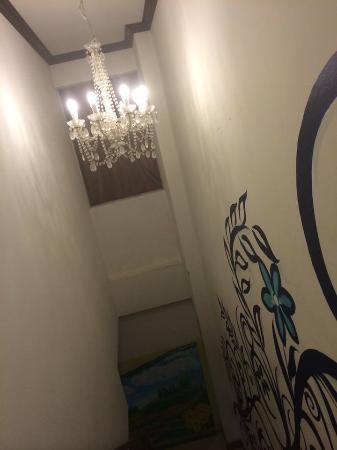 Santi White Hotel: ทางเดินมีแต่รูปเพนท์แม้กระทั่งบันได