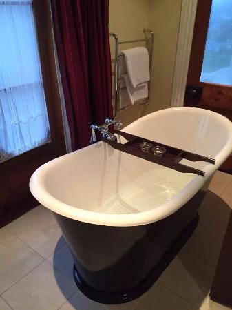 Akaroa House: tub