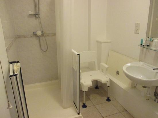 rolstoeltoegankelijke badkamer - Picture of The Horse & Groom, East ...