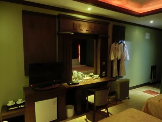 Incheon Beach Tourist Hotel: 右に部屋着が2着ぶら下がってますが、一人なのにベッド2つの広い部屋でした。
