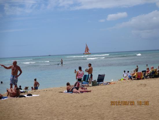 Kaimana Beach: 地元の家族連れが遊ぶ砂浜