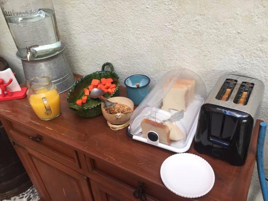 Hotel Trebol: Desayuno, pan, fruta, jugo, yogurth y granola