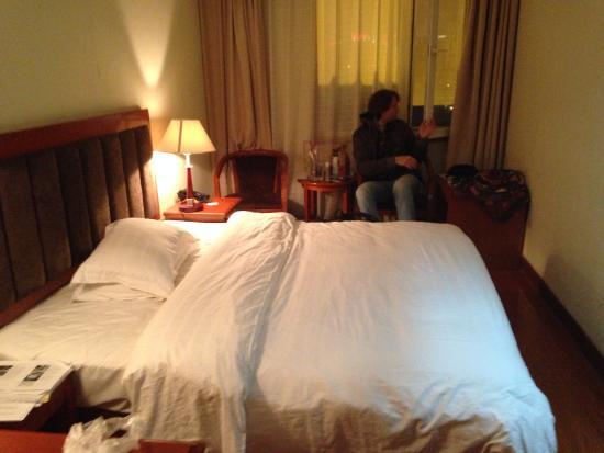 Jun An Hotel: В вечернем свете выглядит лучше. Обшарпанный очень.