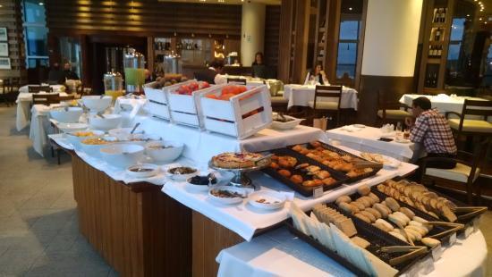 Hotel Dreams del Estrecho: Mesa de desayuno... infinidad de opciones.