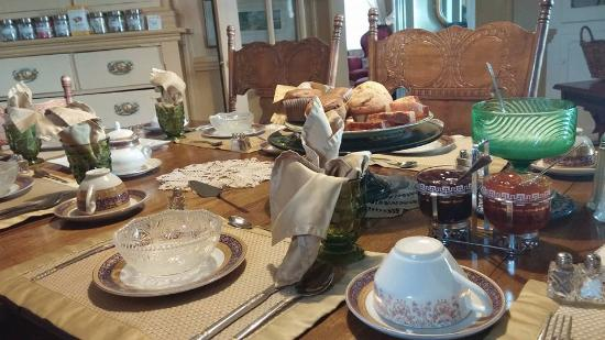 Heritage Home Bed and Breakfast: Table set for breakfast