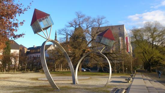 Leoben, النمسا: Oppenheim Skulptur von der Brücke aus