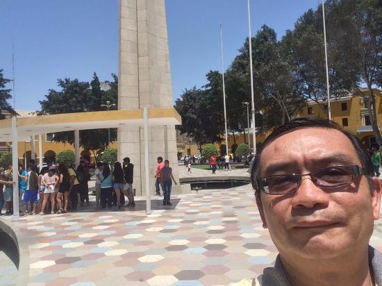 Plaza de Armas: Obelisco y fuente