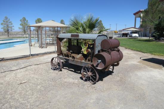 Amargosa Valley, NV: Oud mijnwerkersgereedschap (tuin van hotel)