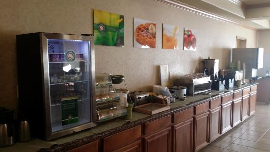 Quality Inn & Suites: breakfest buffet