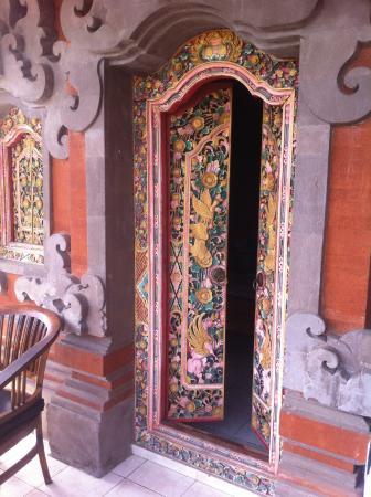 Kori Bali Inn: Puerta de nuestra habitación
