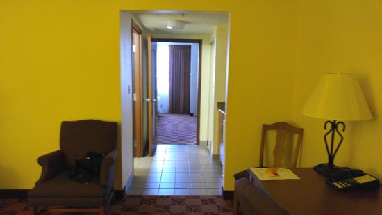 Hawthorn Suites by Wyndham Louisville East: Huge Room
