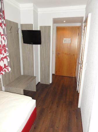 Hotel Huberwirt: Blick in Richtung der Zimmertür
