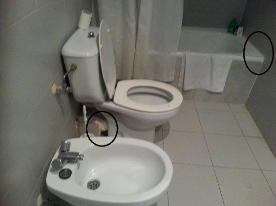 Apartamentos El Faro: the shoddy workmanship on toilet and grouting round bath
