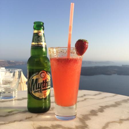 Tholos Resort: Strawberry margarita & local beer