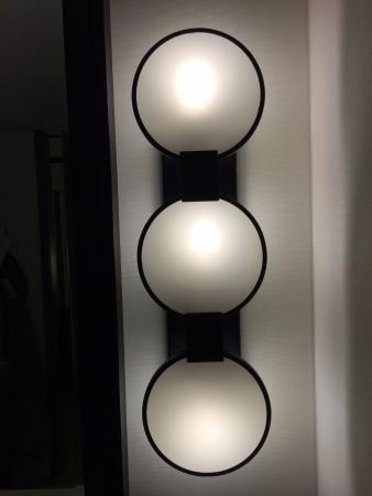 Loews Chicago Hotel: Bathroom Light