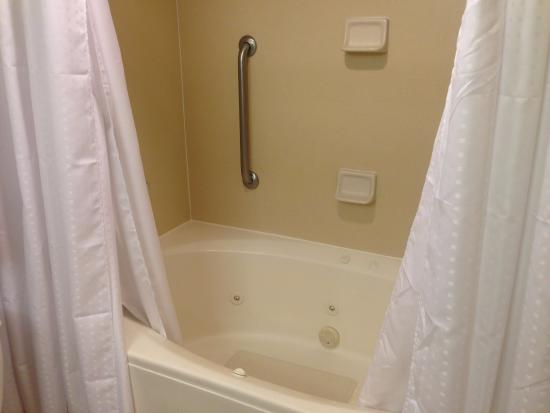 Holiday Inn Express Phoenix Downtown: Rather Strange Whirlpool Tub/shower  Combo
