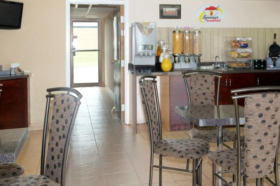 Super 8 Chatham: Breakfast Area