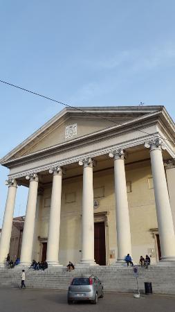 Cattedrale di San Pietro Apostolo: Вот такое сопровождение у собора)
