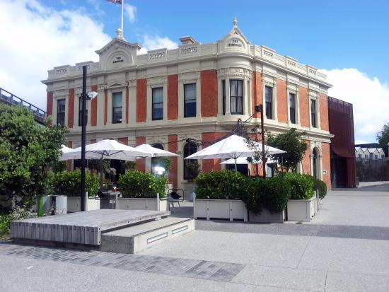 view from outside - picture of the birdcage tavern  auckland central