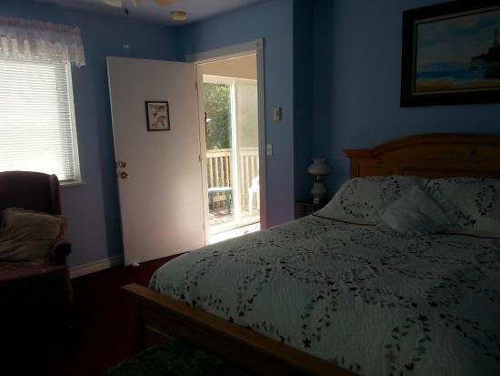 Ocean Shores, WA: Hummingbird Suite, waterfront queen with bath