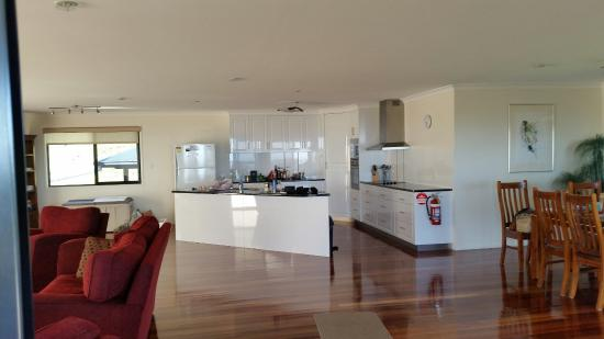 Bunya Mountains Accommodation: Spacious open plan kitchen, dining & lounge - magnificent