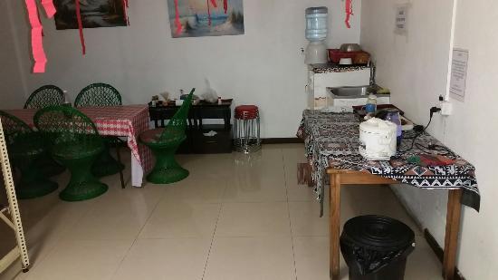 City Lodge: Dorm and kitchen