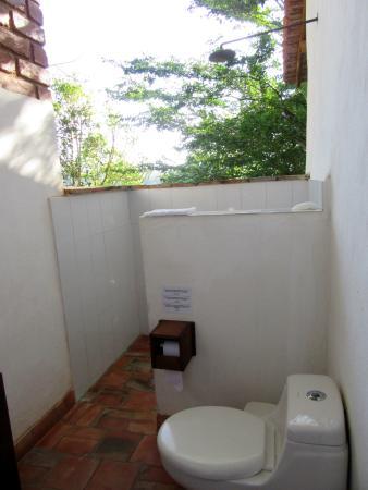 Achiotte Hotel Boutique: The outdoor bathroom.
