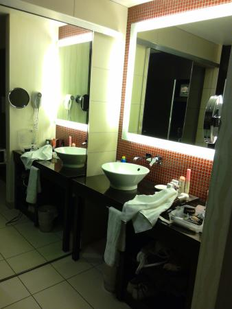 Maricopa, Αριζόνα: Roomy vanity with shelves, hairdryer and plenty of wash cloths