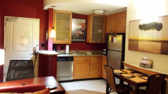 Residence Inn Birmingham Hoover: Besides full-size appliances, Kitchenette has sturdy plates, glasses and flatware