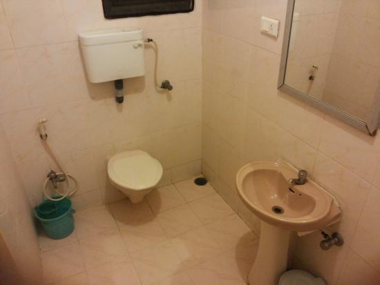 Hotel Raya's & Raya's Annexe 1: Bath room