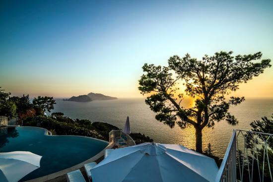 Relais Blu Belvedere: Piscina al tramonto.