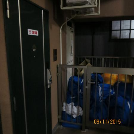 Hotel Livemax Higashi Ueno : Свалка у входа