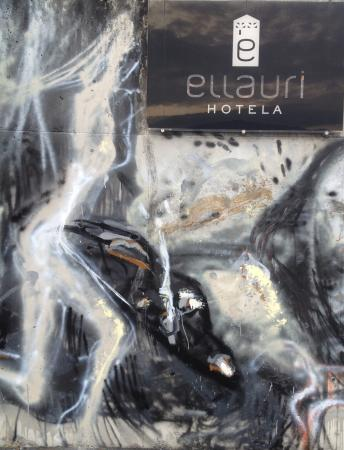 Ellauri Hotela: A big wall painting at the car parking area