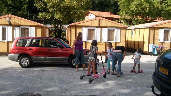 Lecumberri, España: Bungalows y espacios de ocio en el Camping Aralar, Lekumberri