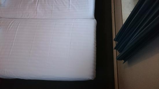 Fletcher Hotel-Restaurant Valkenburg: bedden bijna strak in hotelkamer, zeer klein