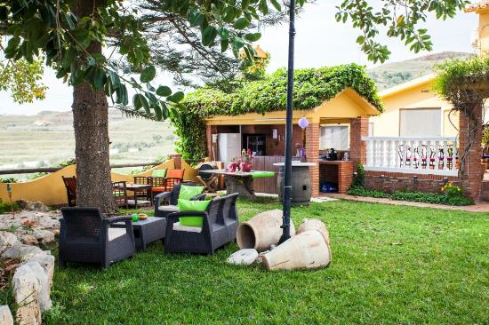 Hotel Rural Cortijo Amaya : Garden with different seating areas