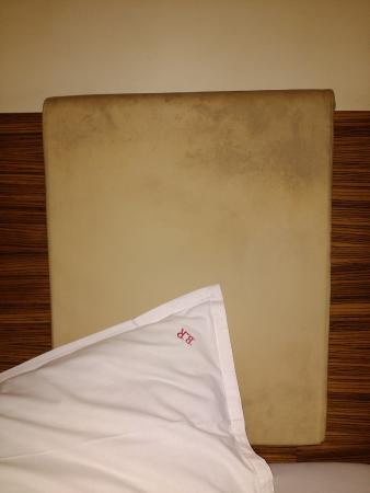Hotel Bandra Residency: Dirty Head Rest of Bed