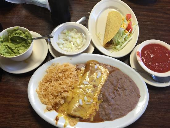 Kingsland, Teksas: Taco, enchilada, rice and beans.  Basic mexican plate.