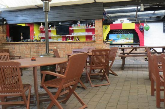 Chequers Inn: The covered outside bar area