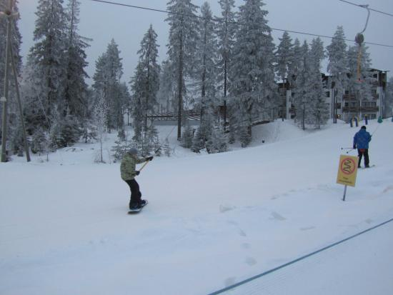 Palkane, ฟินแลนด์: Учебный склон и шале на заднем плане