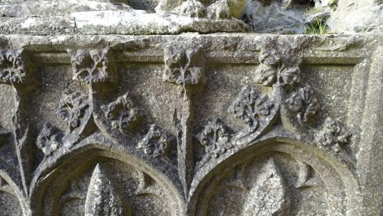 County Roscommon, Ireland: Carving decoration on the grave