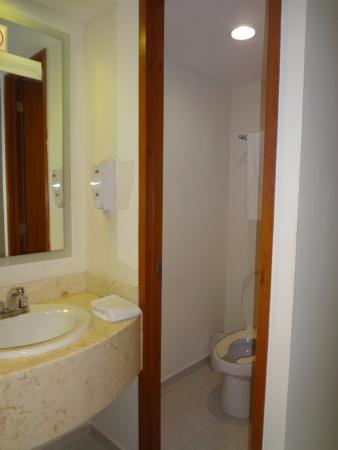 Hotel & Suites Nader: Baño