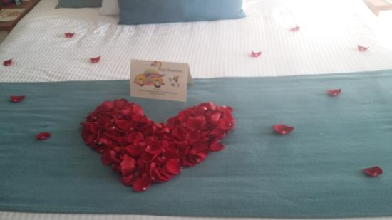 Secrets The Vine Cancun: Decoracion en la cama por ser mieleros