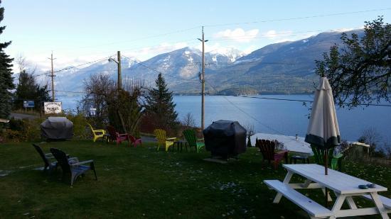 Ainsworth Hot Springs, Kanada: November, grass still green, snow in mountains