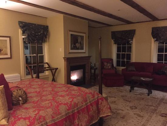 The Lyme Inn: King size bed by the warmth of a gas fireplace